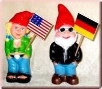 Internationales Gartenzwerge Paar mit Schildern - 9958630